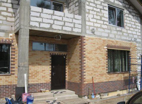 Применение термопанелей позволяет одновременно отделать и утеплить фасад